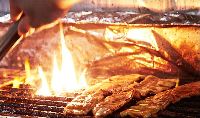 豚大学,豚丼の豚肉は、強めの火力で香ばしく焼いています!